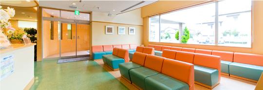 信田眼科医院では開放感ある待合室でゆったりと診療までの時間をお待ち頂けます